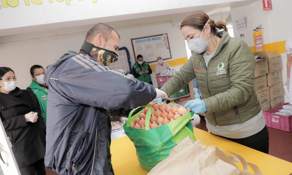 Directora ICBF supervisa entrega de canastas nutricionales a familias en Bogotá