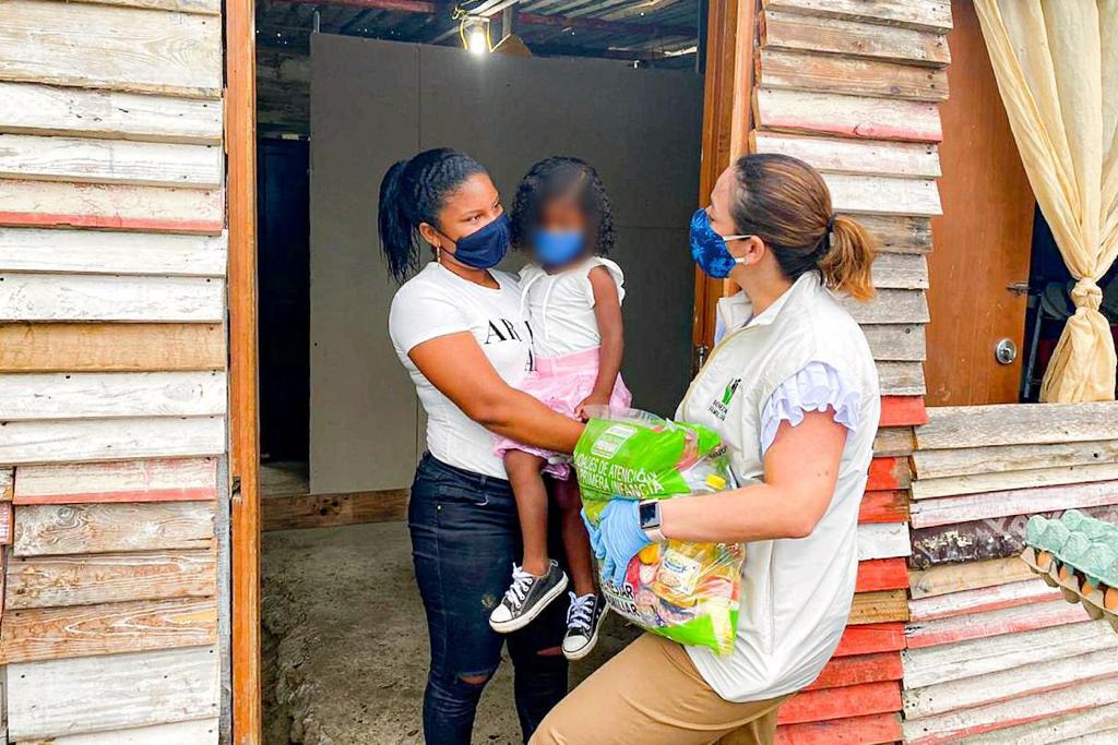 Desde Bolívar, Directora del ICBF promueve la crianza amorosa durante la entrega de canastas alimentarias y kits pedagógicos a las familias