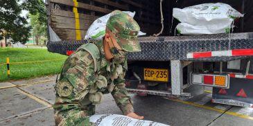 ICBF y Ejército Nacional emprenden traslado de Bienestarina represada en Cartago