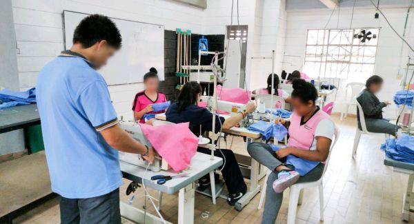 Adolescentes y jóvenes del Sistema de Responsabilidad Penal de la mano del ICBF confeccionan tapabocas
