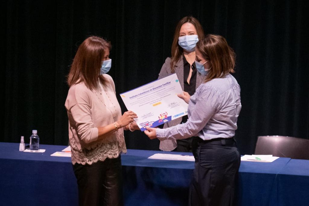 ICBF recibe reconocimiento por su compromiso con la estrategia Crianza Amorosa + Juego